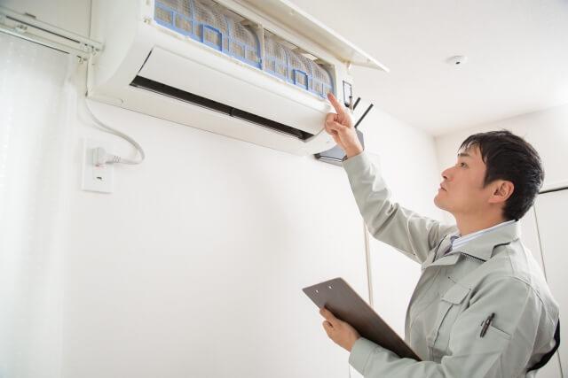 エアコン清掃するスタッフ
