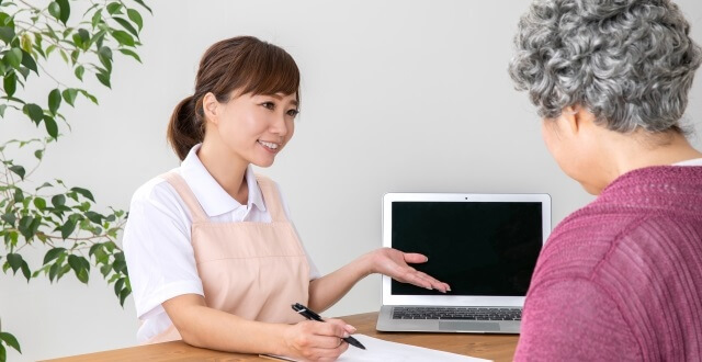 女性の介護スタッフ