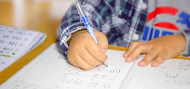 学習塾で勉強する生徒