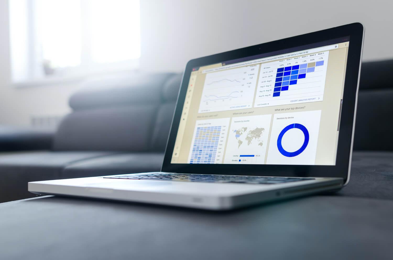 アナリティクスデータが表示されているパソコン