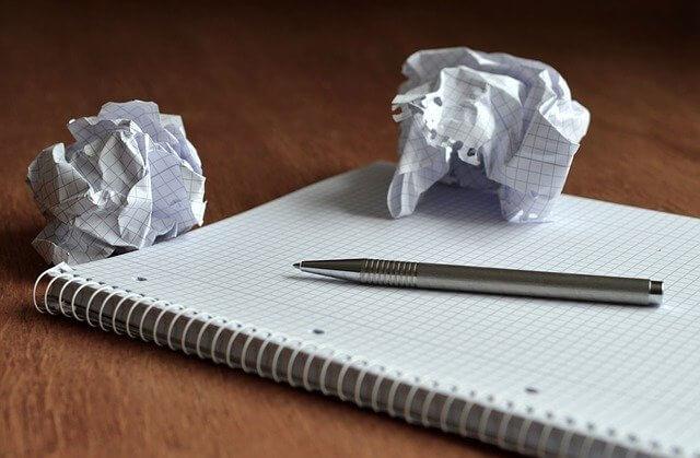 丸めた紙とノート